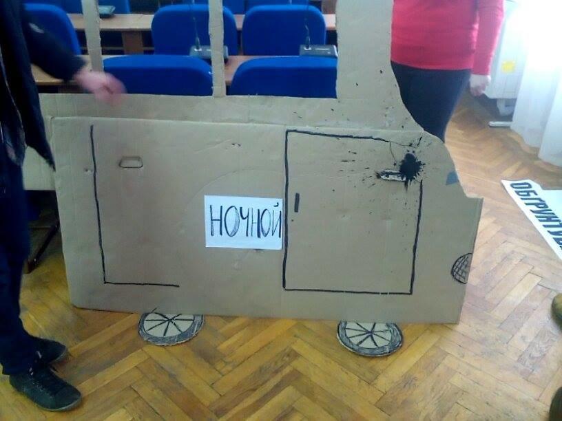 Херсонцы в ожидании внеочередной сессии соорудили картонную маршрутку, фото-2