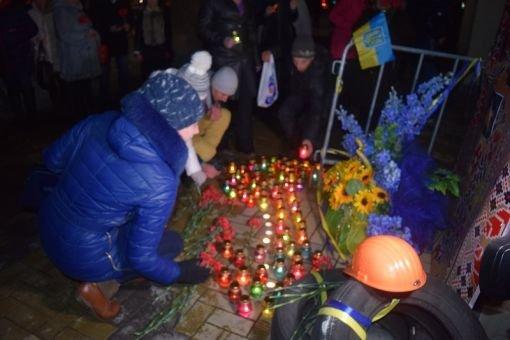 В Северодонецке возложили цветы к  импровизированному памятнику Героям Небесной сотни (фото), фото-6