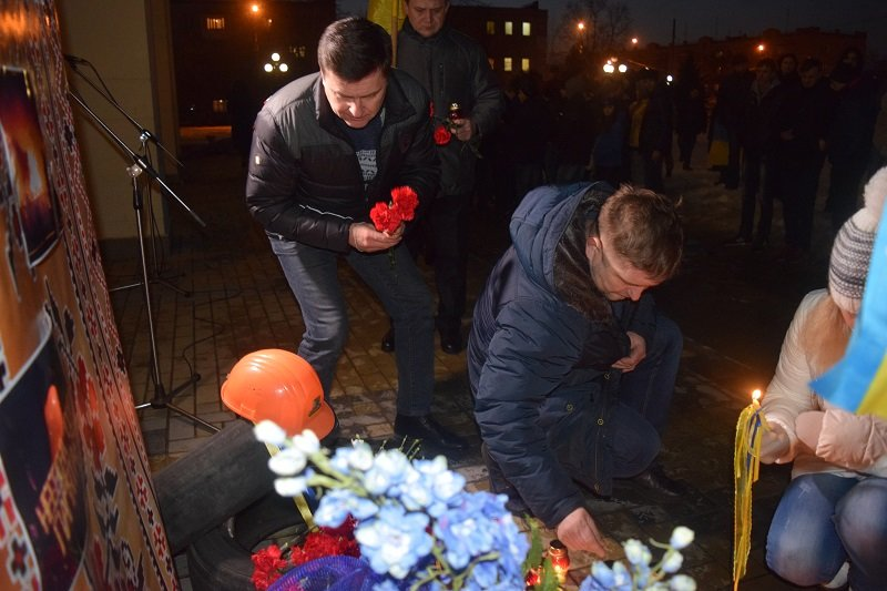В Северодонецке возложили цветы к  импровизированному памятнику Героям Небесной сотни (фото), фото-5