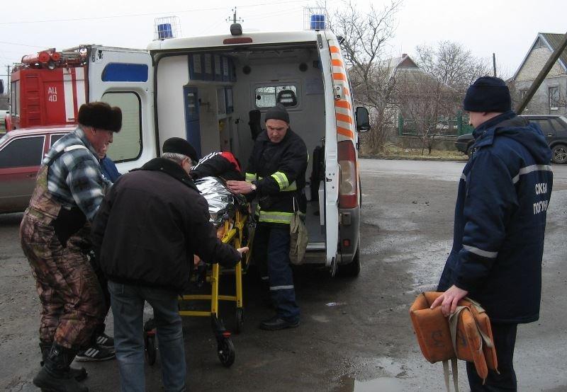 На Херсонщині один з рибалок травмував стегно і рятувальники транспортували його на берег (фото), фото-1