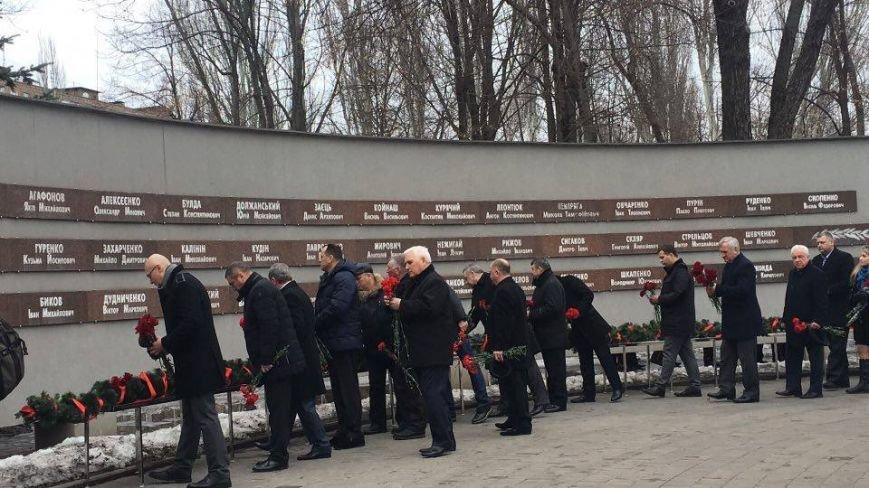 В Кривом Роге возложили цветы к мемориалам погибших героев и провели парад (ФОТО), фото-2