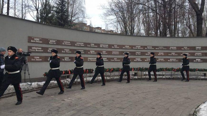 В Кривом Роге возложили цветы к мемориалам погибших героев и провели парад (ФОТО), фото-1