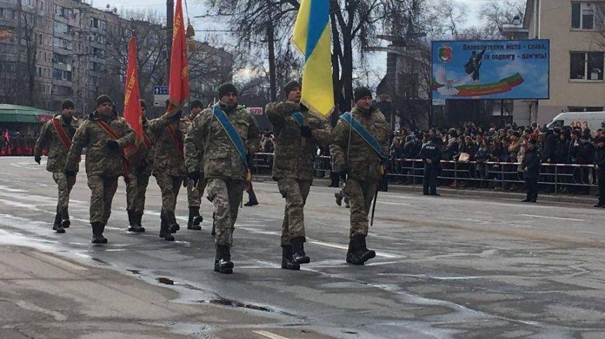 В Кривом Роге возложили цветы к мемориалам погибших героев и провели парад (ФОТО), фото-18