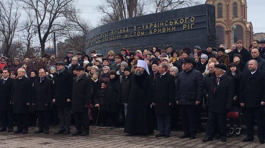 В Кривом Роге возложили цветы к мемориалам погибших героев и провели парад (ФОТО), фото-15