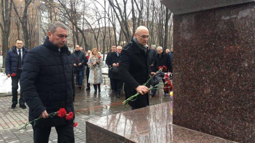 В Кривом Роге возложили цветы к мемориалам погибших героев и провели парад (ФОТО), фото-8