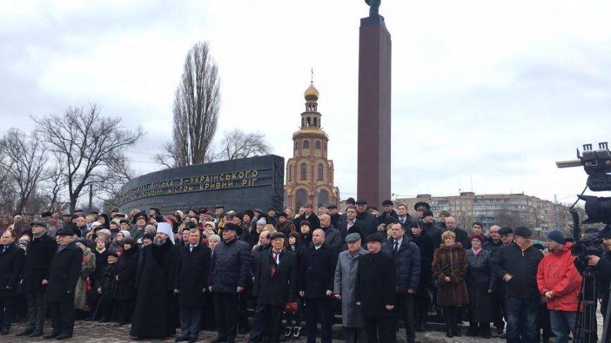 В Кривом Роге возложили цветы к мемориалам погибших героев и провели парад (ФОТО), фото-14