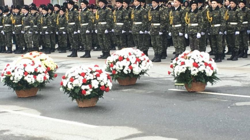 В Кривом Роге возложили цветы к мемориалам погибших героев и провели парад (ФОТО), фото-9
