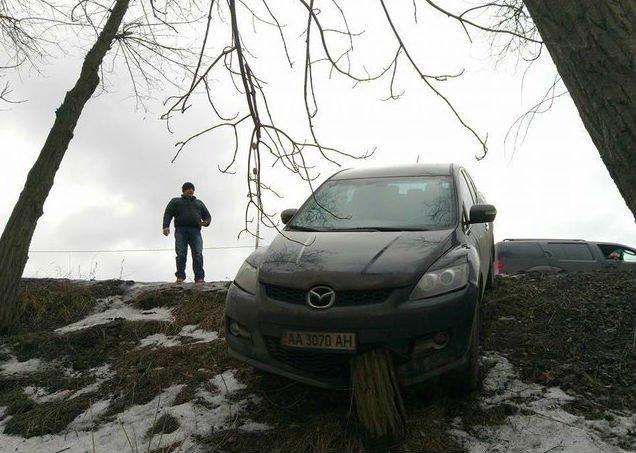 На Броварському проспекті  іномарка вилетіла в кювет і застрягла багажником вгору (Фото), фото-1
