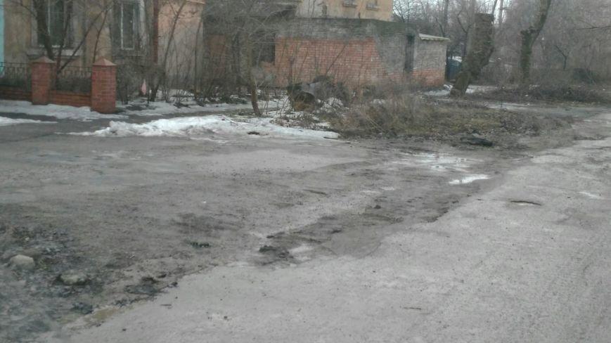 В яму, оставленную коммунальными службами Кривого Рога, провалился хлебовоз (ФОТО), фото-2