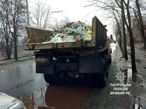 Криворожские полицейские остановили КРАЗ, рассыпавший по дороге мусор (ФОТО), фото-2