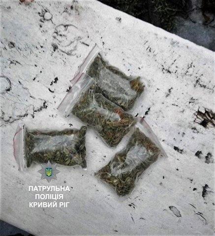 """""""Подозрительный"""" криворожанин, сидящий во дворе, оказался наркоманом с запасом """"травки"""" (ФОТО), фото-2"""