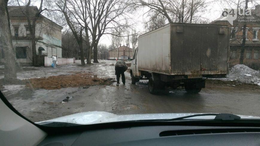 В Кривом Роге: хлебовоз провалился в яму, автомобиль улетел в реку, мэр пригрозил перевозчикам расторгнуть договора, фото-1