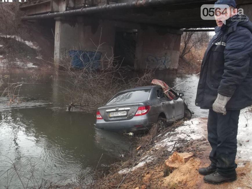 В Кривом Роге: хлебовоз провалился в яму, автомобиль улетел в реку, мэр пригрозил перевозчикам расторгнуть договора, фото-2