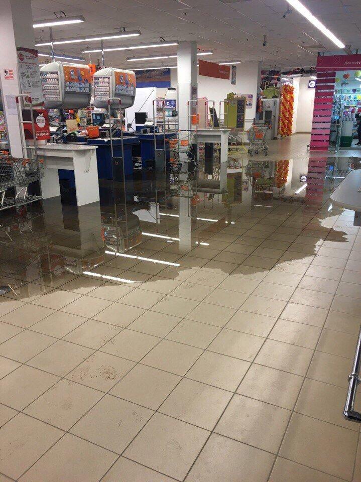 В Мелитополе затопило крупный торговый центр (видео), фото-3