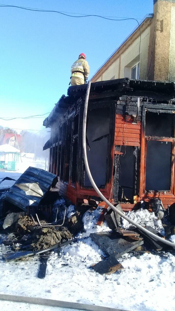 На Камчатке тушили пожар на базе отдыха «Малка», фото-1