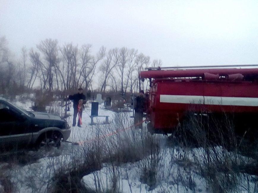 В Каменском спасателям пришлось вытаскивать застрявшие в грязи автомобиль и эвакуатор, фото-1