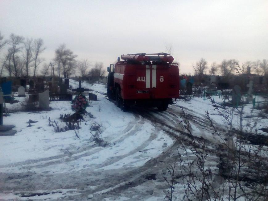 В Каменском спасателям пришлось вытаскивать застрявшие в грязи автомобиль и эвакуатор, фото-4