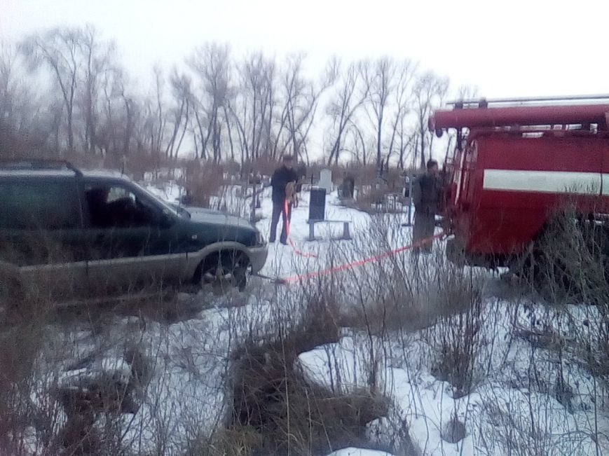 В Каменском спасателям пришлось вытаскивать застрявшие в грязи автомобиль и эвакуатор, фото-2