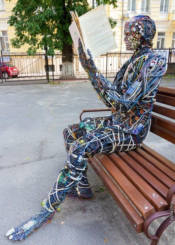Секретный дворик: в Киеве восстановят скульптуру читающего робота (ФОТО), фото-1