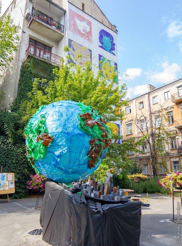 Секретный дворик: в Киеве восстановят скульптуру читающего робота (ФОТО), фото-2
