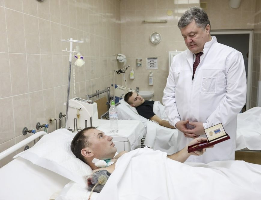 Президент Украины вручил награду тяжело раненному бойцу, жителю Криворожья Евгению Гальченко, фото-1