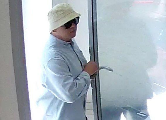 Полиция просит опознать серийного грабителя банка (ФОТО, ВИДЕО), фото-2