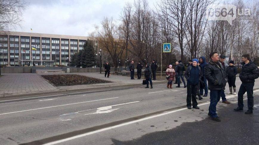 В Кривом Роге: предприниматели митинговали под горисполкомом, перекрыли дорогу в знак протеста, отец ударил сына ножом в живот, фото-2