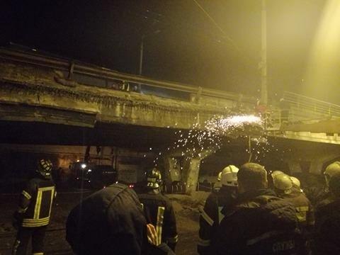 Спасатели начали демонтаж разрушенных кусков моста (ФОТО), фото-9