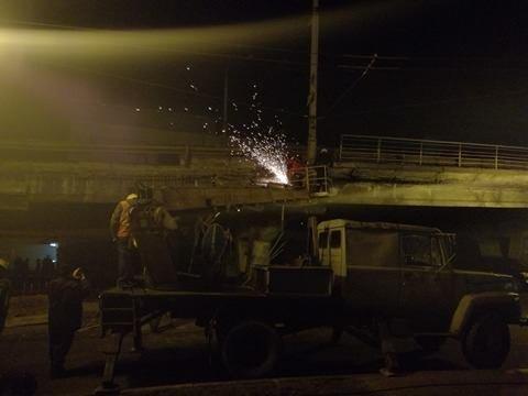 Спасатели начали демонтаж разрушенных кусков моста (ФОТО), фото-7