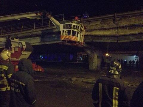Спасатели начали демонтаж разрушенных кусков моста (ФОТО), фото-2