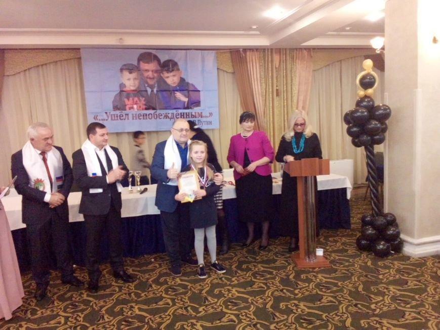Министр Чеченской Респ.У.Д.Умаров вручает награды