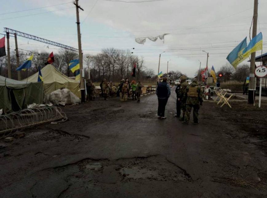 """""""Титушки"""" и """"бабусi"""" напали на участников железнодорожной блокады (ФОТО), фото-1"""