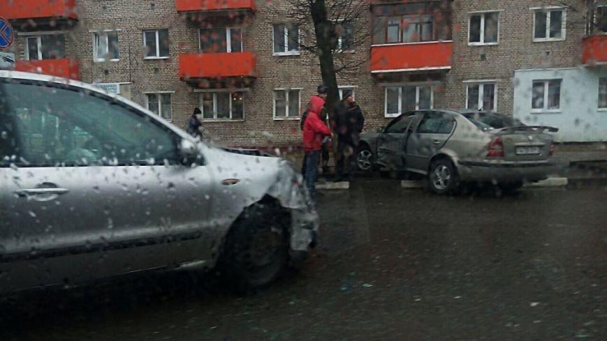 В Полоцке рядом с «Домом торговли» столкнулись два авто. ФОТОФАКТ, фото-2