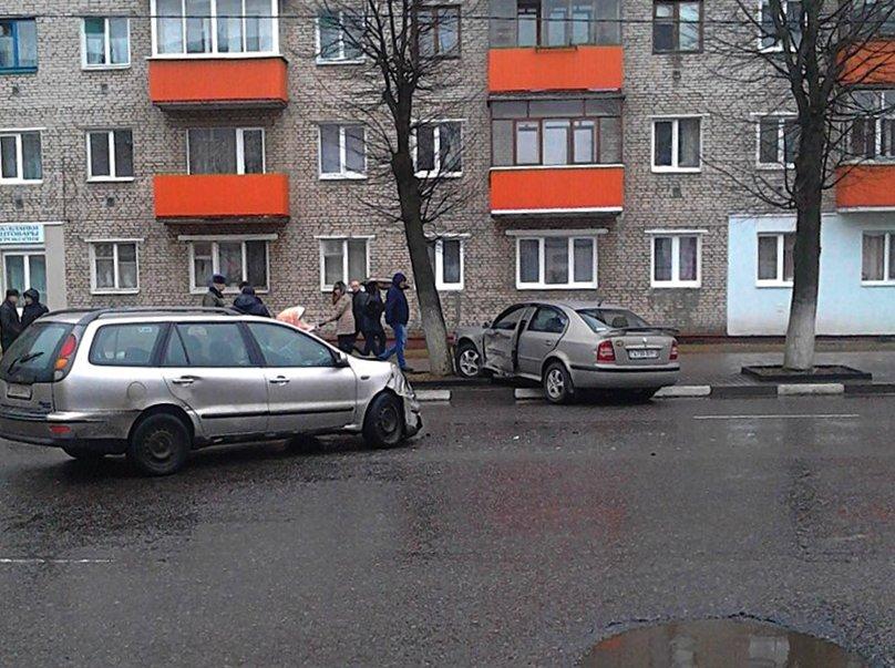 В Полоцке рядом с «Домом торговли» столкнулись два авто. ФОТОФАКТ, фото-3