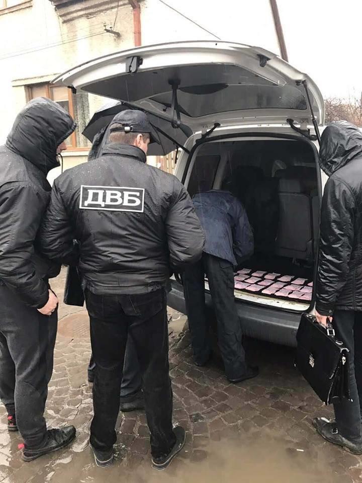 В Ужгороді на хабарі у 2 тисячі доларів затримали працівника відділу поліції: фото, фото-2