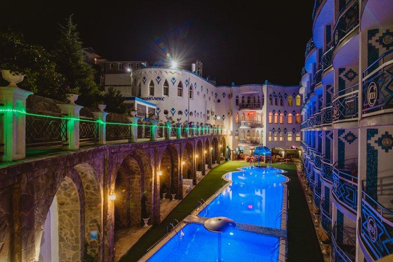 Ночной вид на бассейн (3)