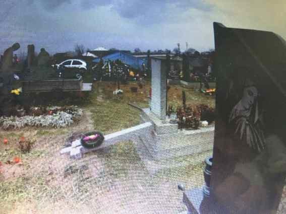 На Виноградівщині психічнохворий чоловік повалив хрести на могилах кладовища: фото, фото-2