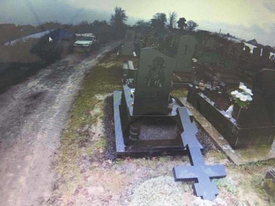 На Виноградівщині психічнохворий чоловік повалив хрести на могилах кладовища: фото, фото-1