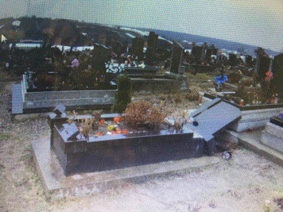 На Виноградівщині психічнохворий чоловік повалив хрести на могилах кладовища: фото, фото-3