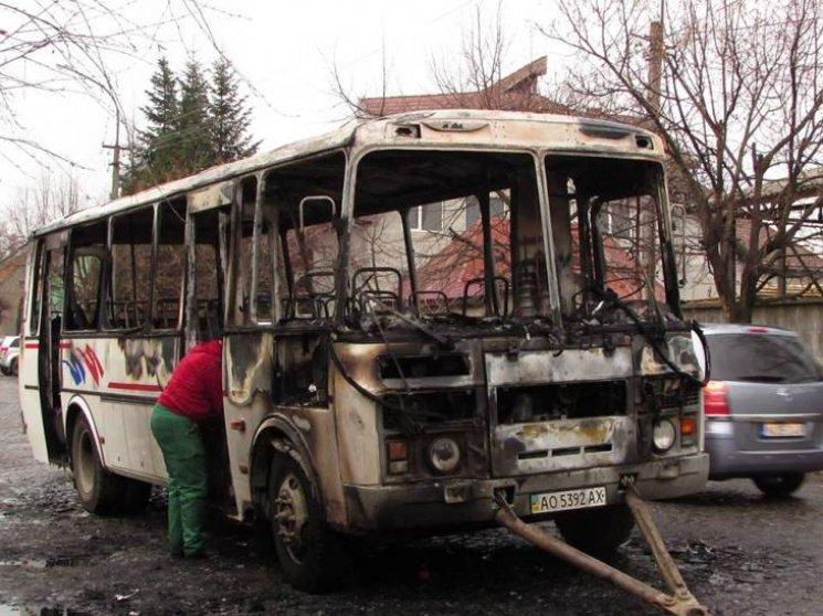 Рятувальники розповіли подробиці пожежі у рейсовому автобусі, який спалахнув у Мукачеві: фото, фото-1