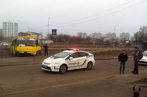 """У Києві чоловік викрав """"маршрутку"""" з пасажирами, підстрелив патрульного і протаранив два авто: фото, фото-1"""