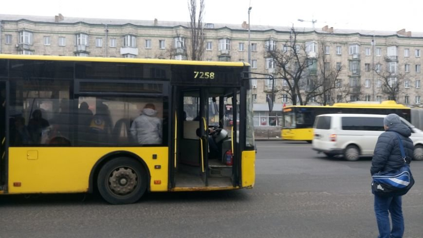 В Киеве пассажиры выломали дверь в автобусе (ФОТО), фото-2