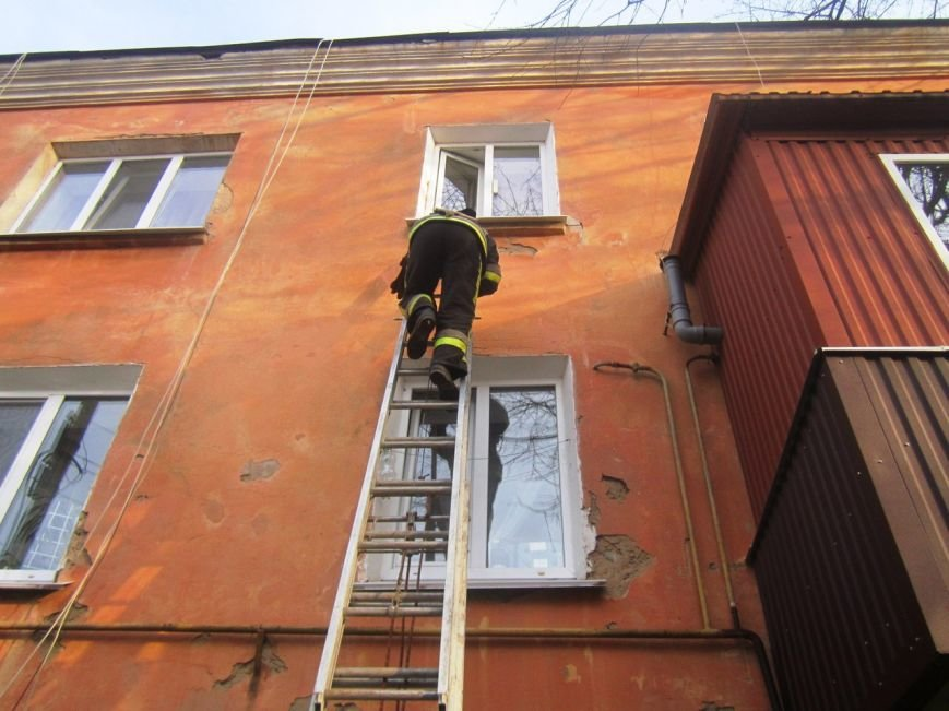 У Кам'янці рятувальники визволили 2-х річну дівчинку, що зачинилася у квартирі, фото-1
