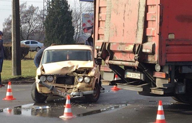 """На в'їзді у Мукачево сталася ДТП: фура врізалася у """"ВАЗ"""" - фото, фото-1"""
