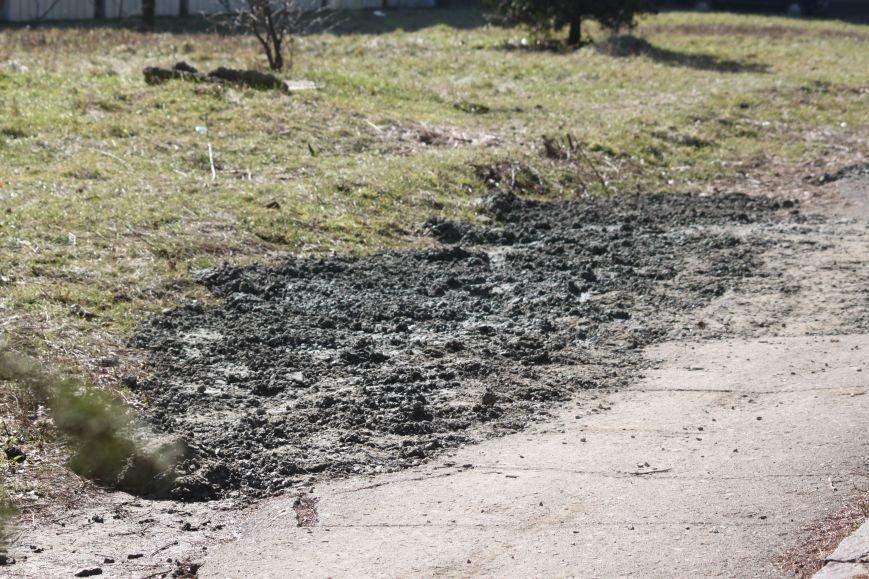 Не дочекавшись комунальників, ужгородці зробили «ремонт» тротуару Минайської: фоторепортаж, фото-2