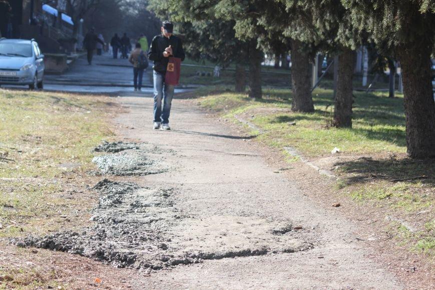 Не дочекавшись комунальників, ужгородці зробили «ремонт» тротуару Минайської: фоторепортаж, фото-9