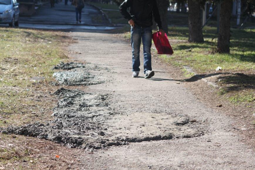 Не дочекавшись комунальників, ужгородці зробили «ремонт» тротуару Минайської: фоторепортаж, фото-11