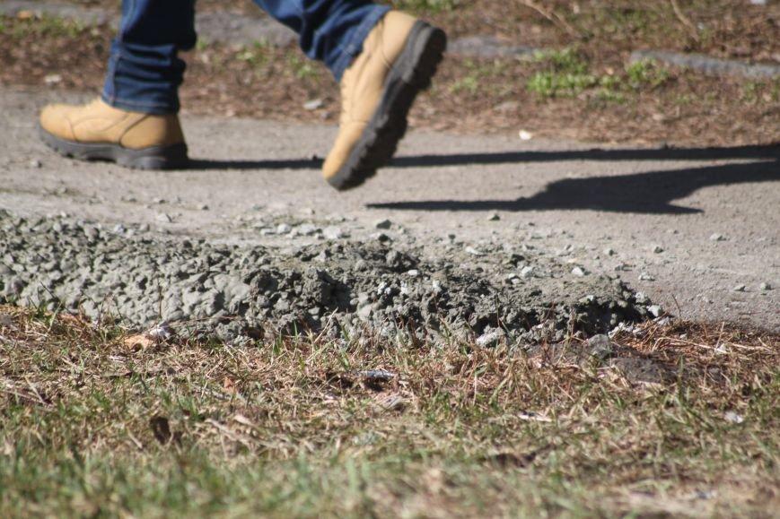 Не дочекавшись комунальників, ужгородці зробили «ремонт» тротуару Минайської: фоторепортаж, фото-7