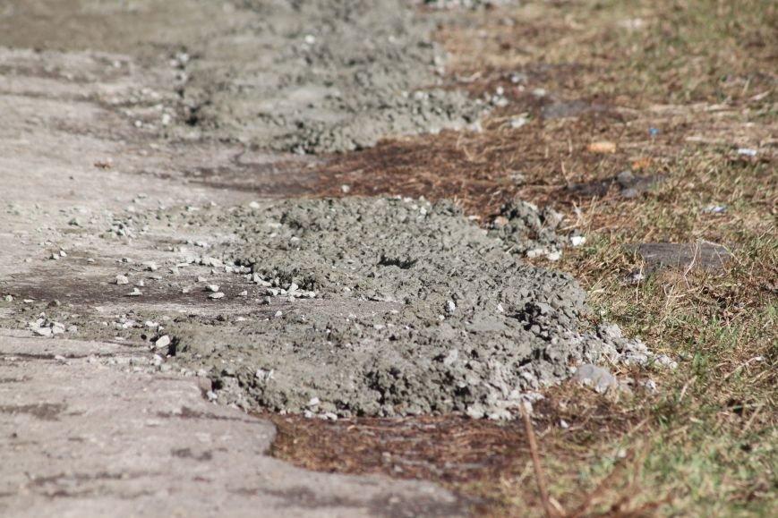 Не дочекавшись комунальників, ужгородці зробили «ремонт» тротуару Минайської: фоторепортаж, фото-6