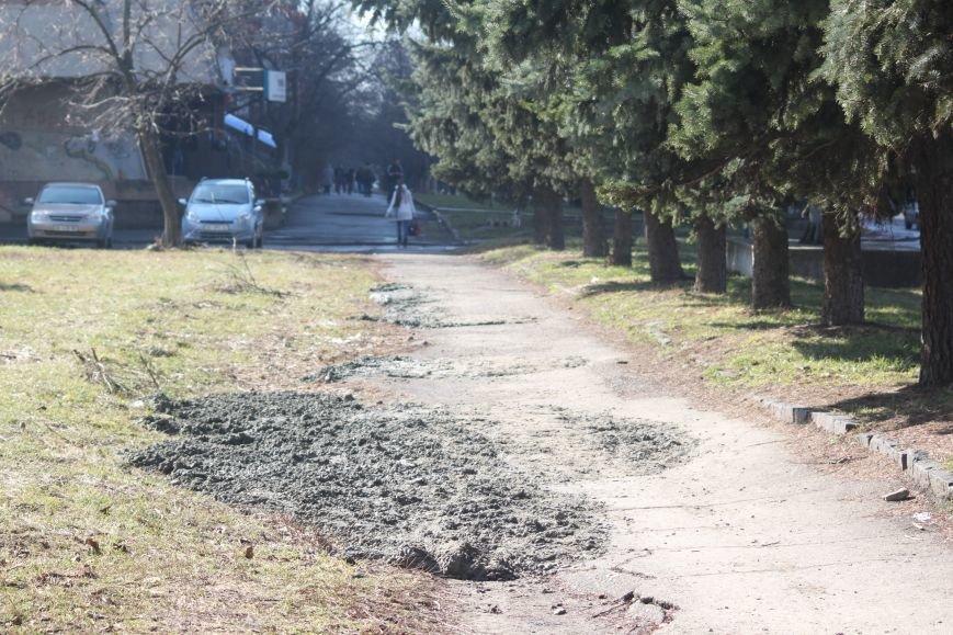 Не дочекавшись комунальників, ужгородці зробили «ремонт» тротуару Минайської: фоторепортаж, фото-8